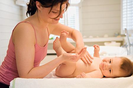 Sử dụng tinh dầu kết hợp động tác massage nhẹ nhàng còn giúp bé lưu thông máu