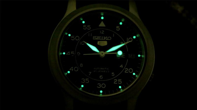 SNK807 size 37 được phủ một lớp dạ quang trên kim và các cọc số giúp bạn nổi bật trong bóng tối