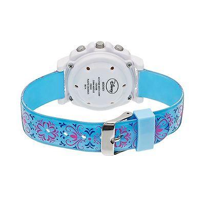 Dây đồng hồ màu xanh được in họa tiết dễ thương, chất liệu nhựa cao cấp an toàn, tạo cảm giác thoải mái cho cổ tay của bé