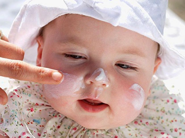 Làn da mỏng manh của bé cần được bảo vệ an toàn