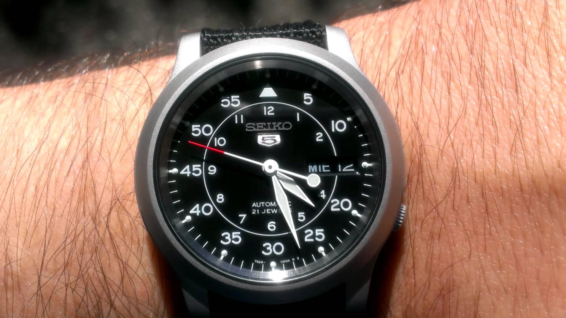 Đồng hồ SNK809 Mặt sáng bóng, chống va đập cực tốt với công nghệ độc quyền của Seiko