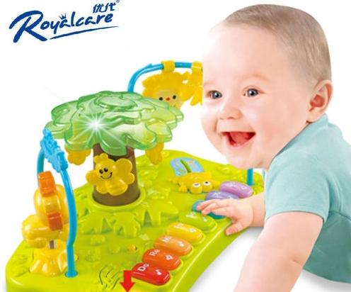 Ghế có kèm khay đồ chơi có thể phát ra âm thanh vui nhộn, giúp bé thích thú khi ăn