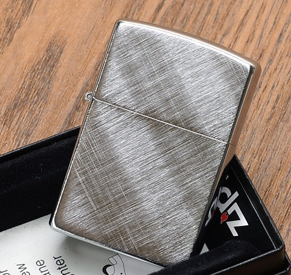 Có thể khắc tên hoặc hình ảnh lên mặt trước hoặc mặt sau của chiếc hộp quẹt Zippo này.