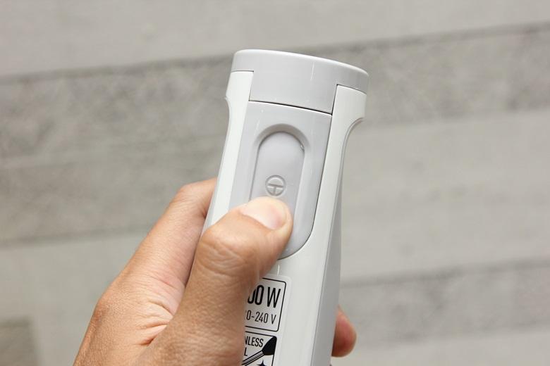 Có một nút chỉnh tốc độ, bạn có thể dễ dàng điều chỉnh, vận hành bằng một tay vô cùng dễ dàng