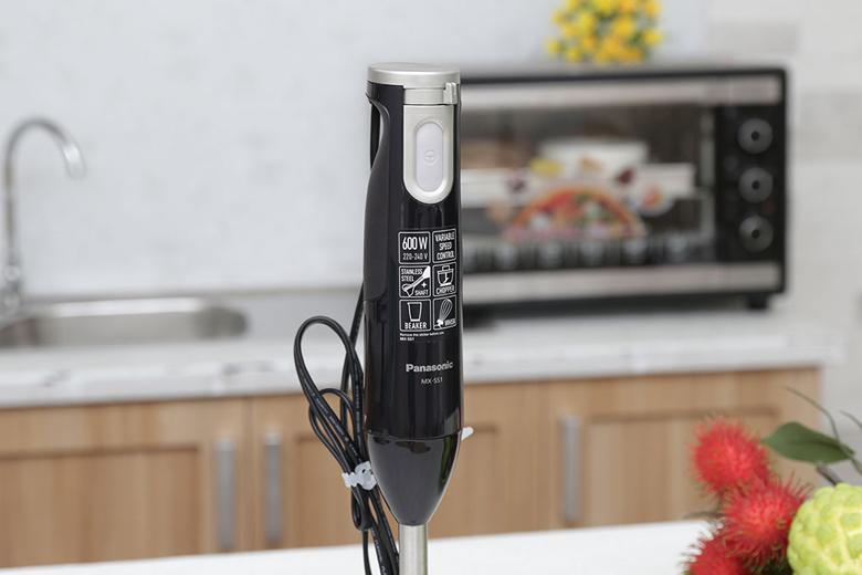 Tay cầm bằng nhựa cách nhiệt cao cấp được thiết kế nhỏ gọn vừa vặn với lòng bàn tay tạo sự chắc chắn khi cầm nắm sử dụng.