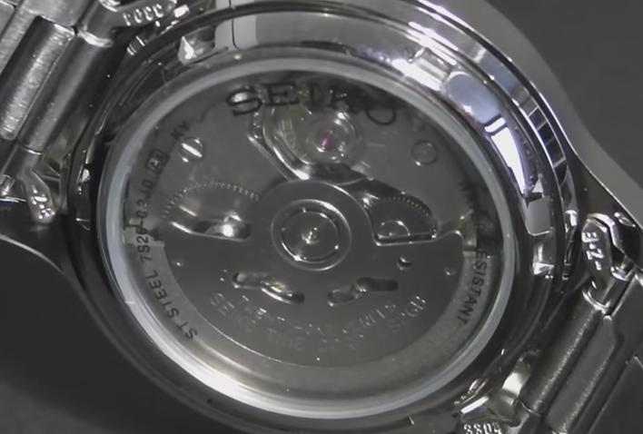Đồng hồ Seiko SNK809K1 có thiết kế lộ caseback giúp người dùng dễ dàng quan sát hoạt động phức tạp bên trong cỗ máy