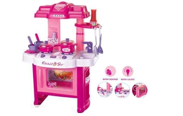 Nhiều món đồ nhỏ mô phỏng những dụng cụ nấu ăn hàng ngày như: xoong, thìa, bát, bếp da, dao…