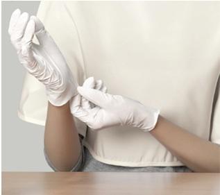 Mặc áo choàng và đeo gang tay