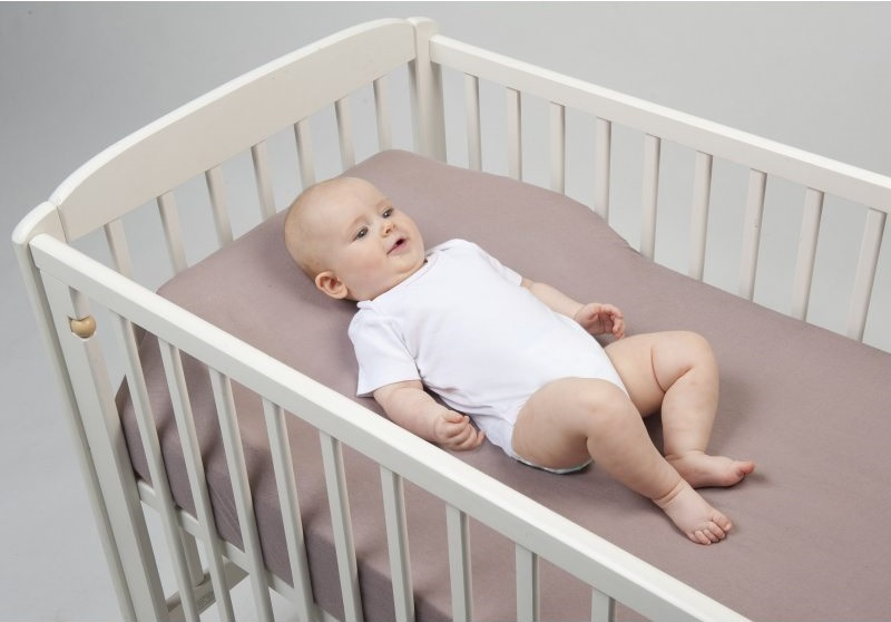 Kê gối chống trào ngược Babymoov dưới tấm thảm trải của bé