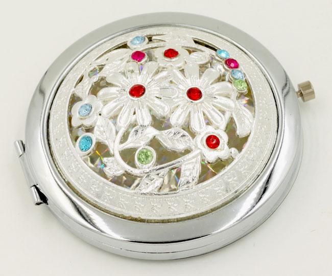 Gương trang điểm bỏ túi được thiết kế họa tiết tinh tế, điệu đà, nữ tính
