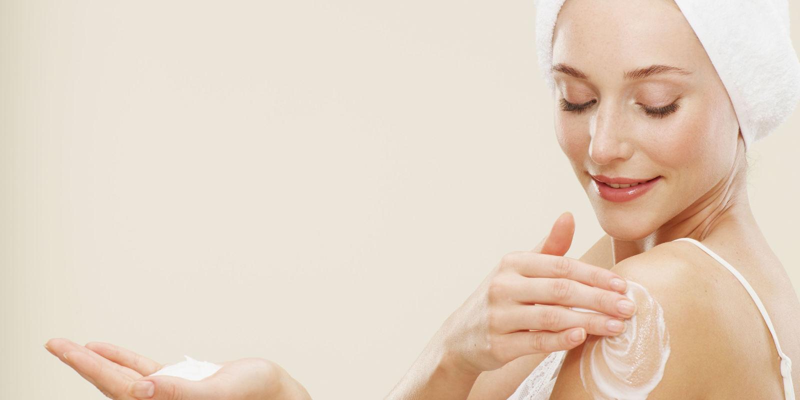Nên sử dụng ngày sau khi tắm, khi da vừa được lau khô và còn đang ẩm để sản phẩm được hấp thu tốt