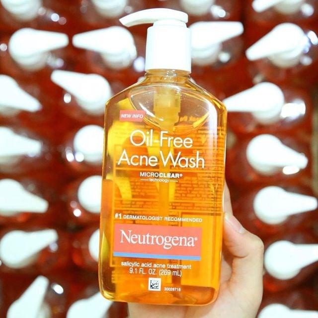 Sữa rửa mặt Neutrogena Oil-Free Acne Wash cho làn da mịn màng, sáng hồng.