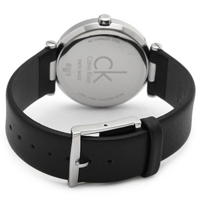 Chiếc đồng hồ Calvin Klein này sử dụng chất liệu dây da chính hãng mềm mại, thiết kế khóa gài chắc chắn