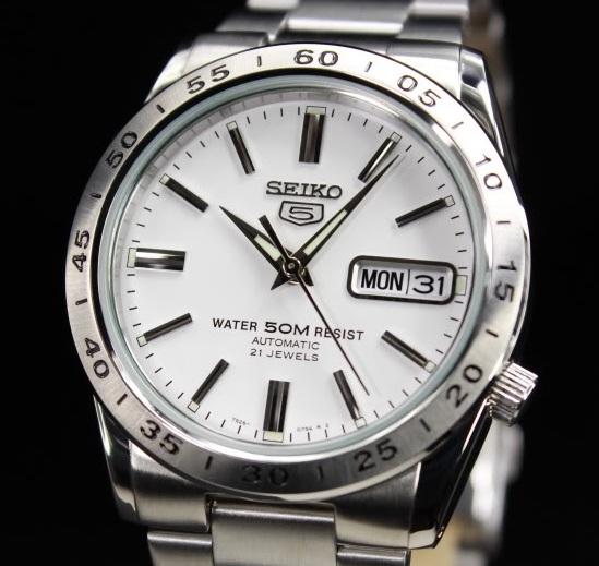 Chiếc đồng hồ Seiko 5 này sử dụng bộ máy 7S26 với 21 chân kính hoạt động chính xác, bền bỉ