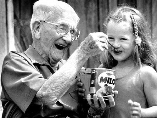 Sữa Milo Úc hấp dẫn các bé bởi các hạt cacao chưa tan hết trên bề mặt