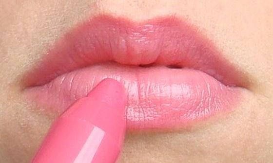 Son môi Clinique Chubby Stick Moisturizing Lip Colour Balm dạng bút sáp có độ dưỡng nhưng không gây bóng môi
