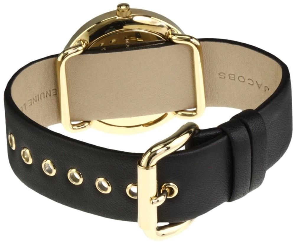 Dây đồng hồ màu đen có phần cổ điển, khóa gài chắc chắn ôm sát cổ tay