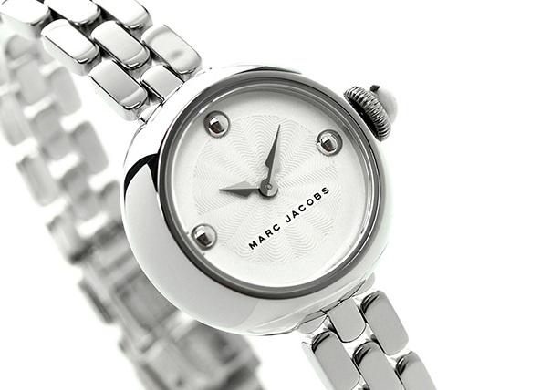 Case đồng hồ nhỏ nhắn khiến chiếc đồng hồ trông như một chiếc lắc tay xinh xắn