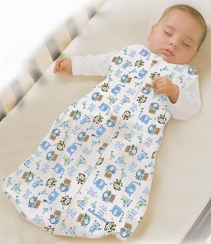 Túi ngủ có khóa kéo 2 đầu, giúp cho việc thay tã vào ban đêm dễ dàng hơn, đầu khóa kéo ở cổ được thiết kế để bảo vệ cằm của bé.