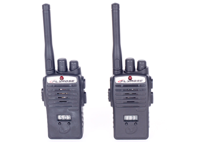Bộ đàm sử dụng 2 pin, thiết kế 1 cặp như 2 chiếc điện thoại cầm tay, bé có thể trò chuyện với nhau trong phạm vi 5m