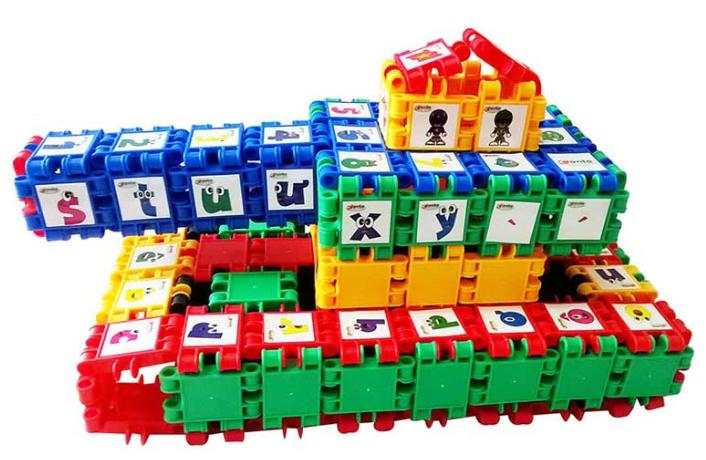 Bộ đồ chơi ghép hình với 168 chi tiết giúp bé sáng tạo thành nhiều mô hình như: xe tăng, robot, trực thắng chiến đấu...