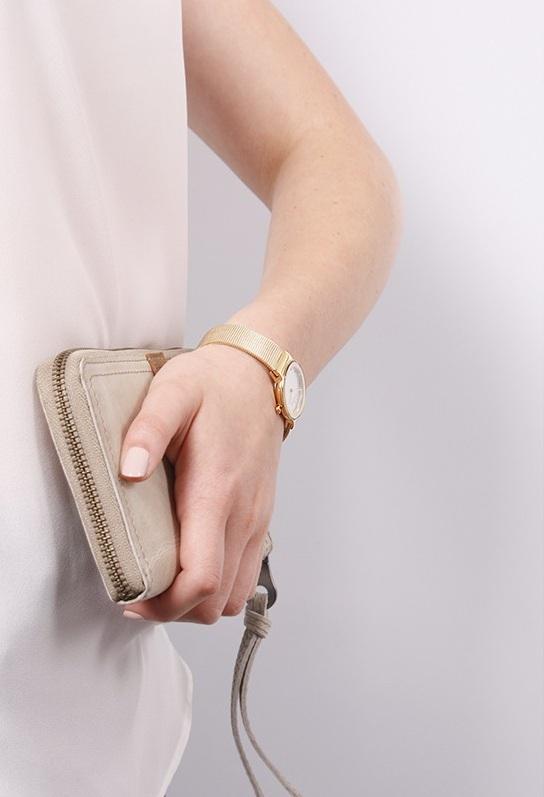Chiếc đồng hồ siêu mỏng, gọn nhẹ rất dễ dàng kết hợp với các loại trang phục và làm nổi bật sự năng động trong phong cách hiện đại của bạn