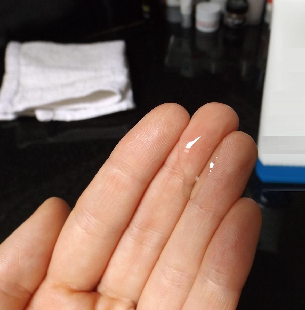 La Roche Posay Effaclar Purifying Foaming Gel Cleanser dạng gel trong suốt