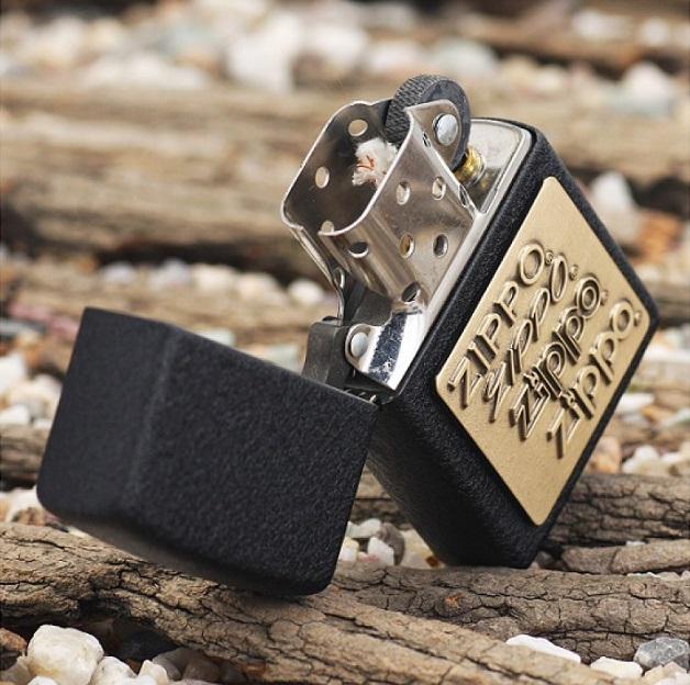 Sử dụng công nghệ sơn tĩnh điện hiện đại, Zippo 362 nổi bật với một màu đen đồng nhất