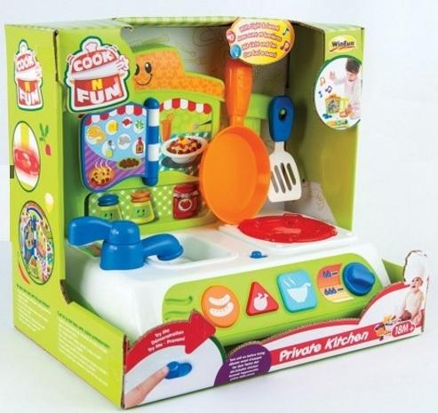 Các vật dụng nhà bếp được mô phòng như thật giúp bé làm quen với công việc bếp núc hàng ngày của mẹ