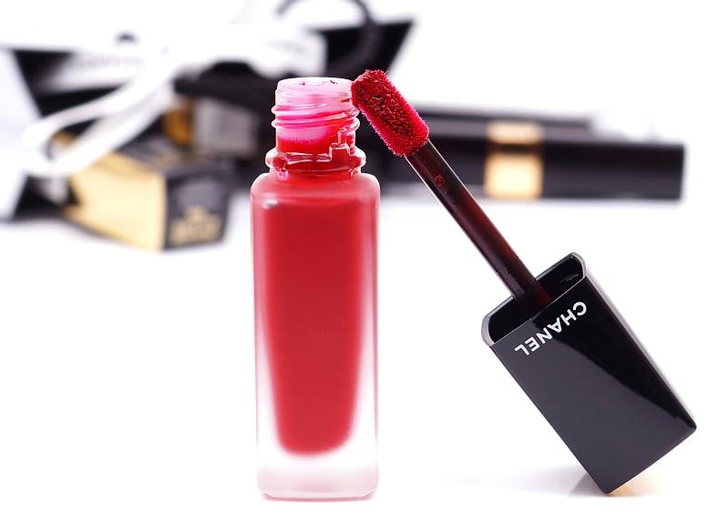 Son Chanel Rouge Allure Ink Màu 152 Choquant khiến phái đẹp bí ẩn lạ lẫm với tone màu đỏ thẫm như những ly rượu vang sóng sánh