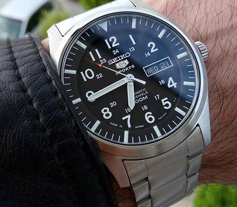 Chiếc đồng hồ Seiko nam SNZG13J trên tay cực chất