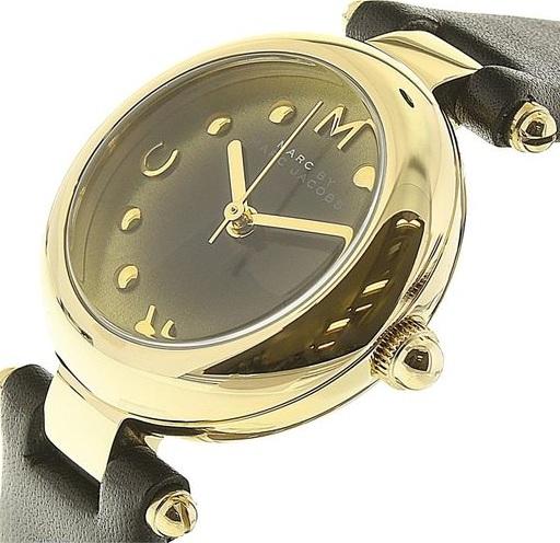 Case đồng hồ được mạ vàng sáng bóng kết hợp hài hòa với quai đeo da màu đen