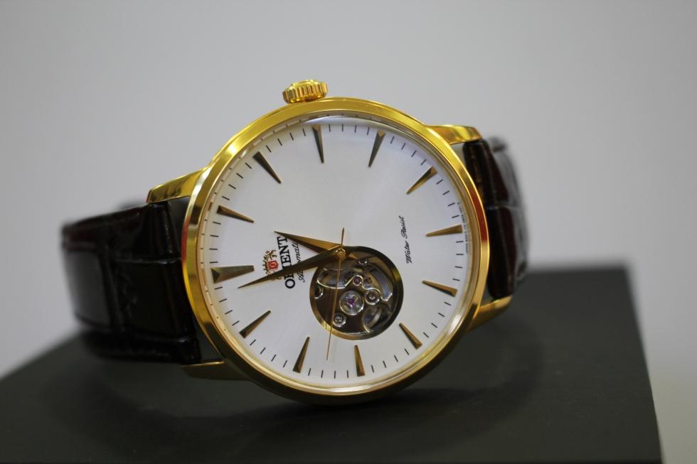 Case đồng hồ được mạ vàng sáng bóng, sang trọng