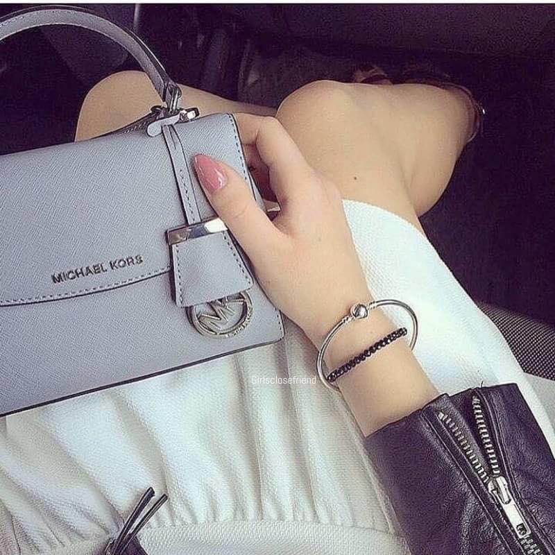 Chiếc túi xách Michael Kors mini này sở hữu tông màu pastel xinh xắn