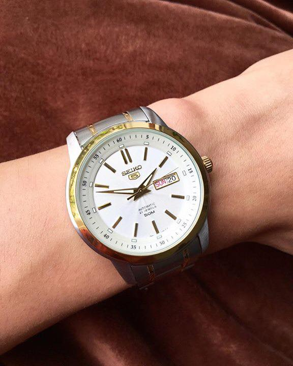 Chiếc đồng hồ Seiko nam SNKM92K1 trên tay nam tính, lịch lãm