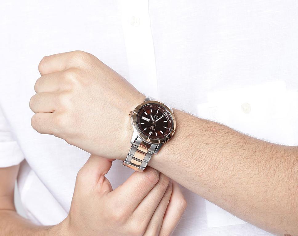 Chiếc đồng hồ Seiko SNKN60K1 trên tay nam tính, mạnh mẽ