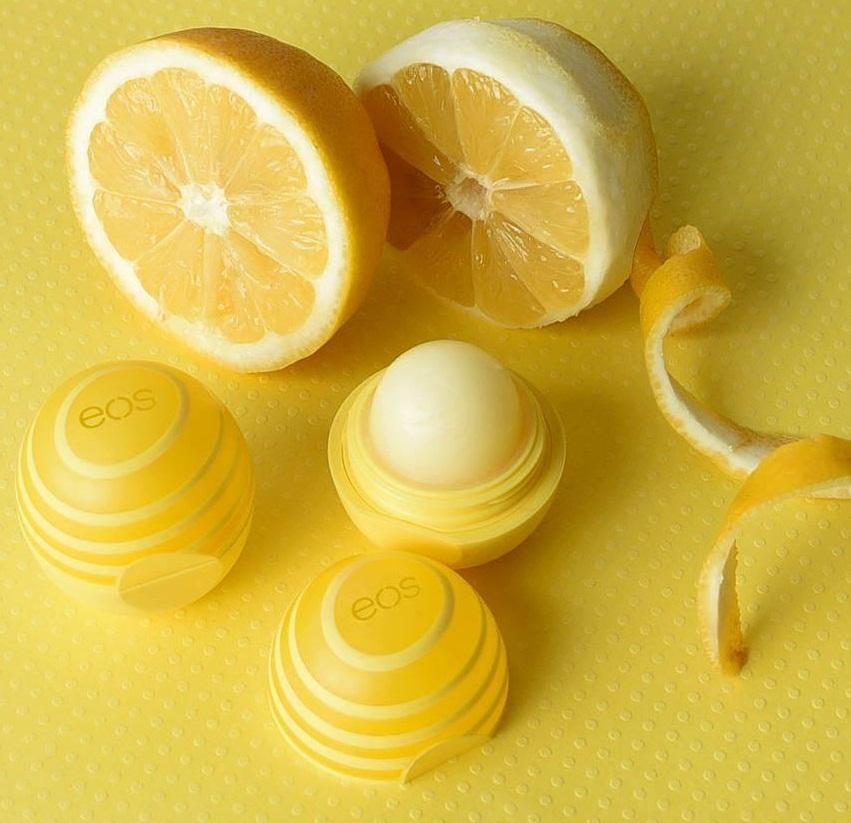 Son dưỡng EOS Lemon Twist hương chanh, giàu vitamin E và bổ sung thêm SPF 15 giúp bảo vệ và chăm sóc môi tốt