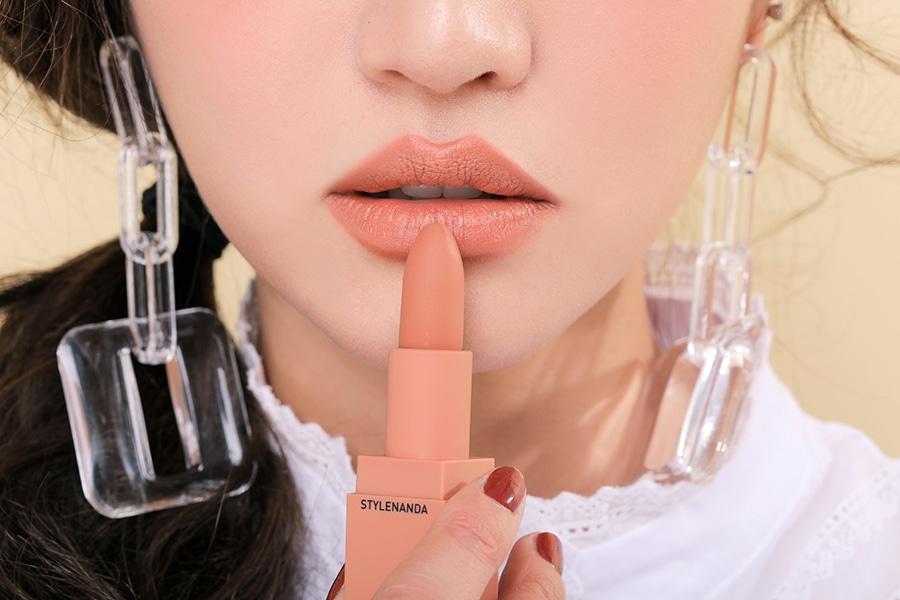 Khá giống với màu #114, màu cam nude này cũng sẽ phù hợp hơn nếu bạn trang điểm