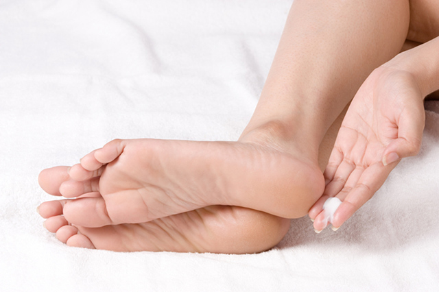 Kem dưỡng da chân SVR giúp nuôi dưỡng và làm mềm đôi chân khô ráp và thương tổn
