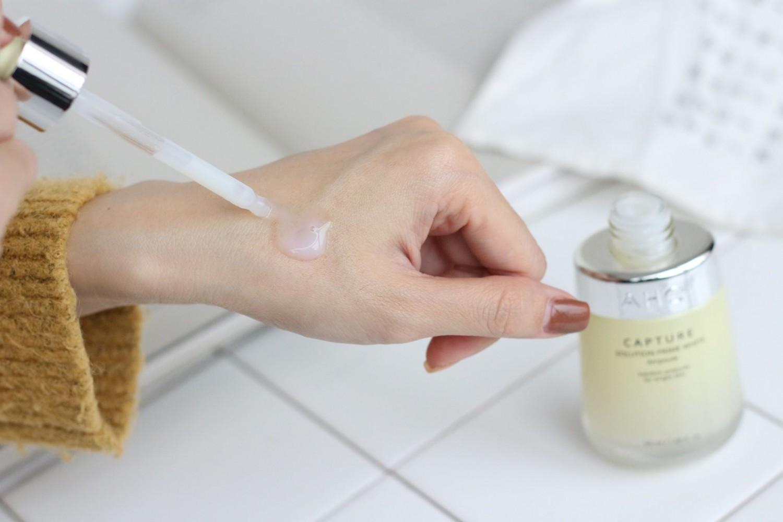 Sử dụng 2 lần mỗi ngày để tinh chất dưỡng trắng AHC phát huy hiệu quả tốt