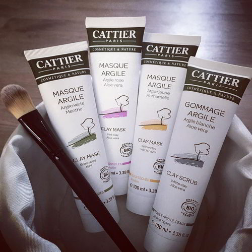 Tẩy da chết Cattier màu xanh cho da dầu, màu hồng cho da nhạy cảm, màu vàng cho da khô, màu xám cho mọi loại da