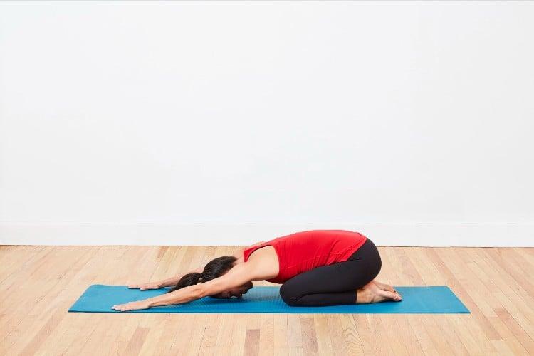 Bài tập thể dục tốt cho xương khớp 5: Gập lưng