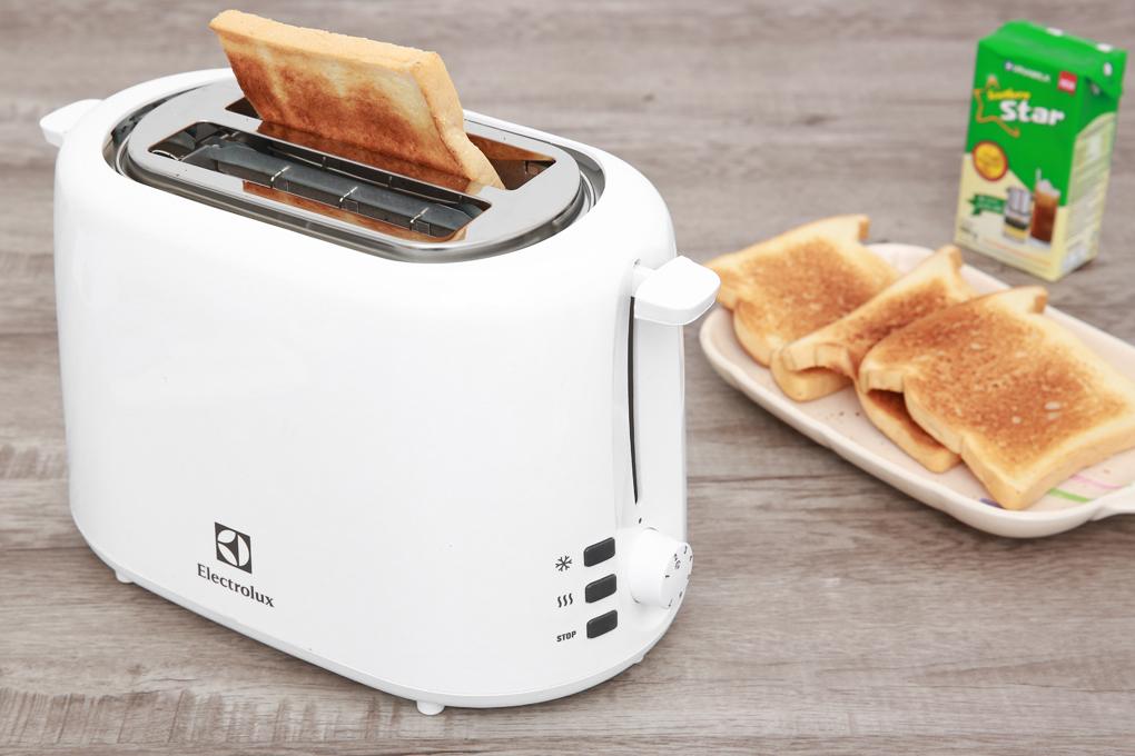 Máy nướng bánh mì Electrolux ETS1303W nướng bánh nhanh, thơm ngon